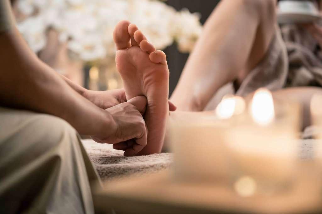 por que os pés doem depois de ficar em pé por um longo tempo