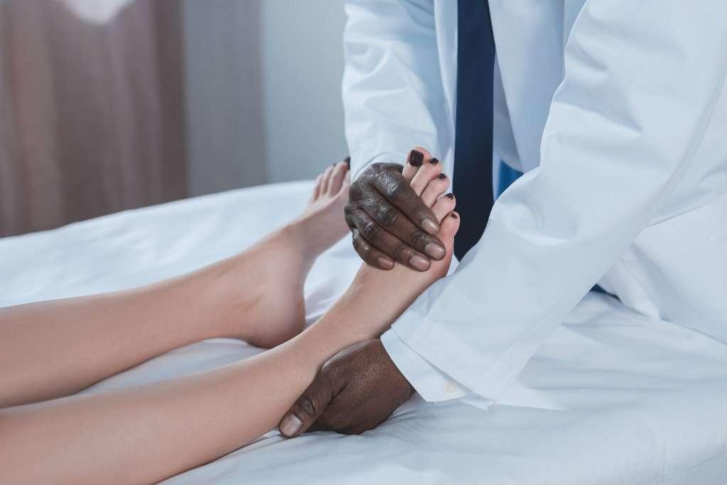 Tratamento inchados de e causas pés